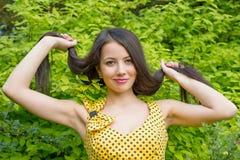 Ung kvinna med långt hår på naturen Fotografering för Bildbyråer