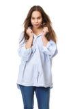Ung kvinna med långt hår som grinar och rymmer skjortan Royaltyfri Bild