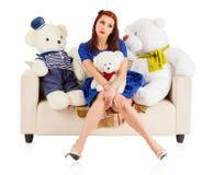 Ung kvinna med leksakbjörnar royaltyfria foton