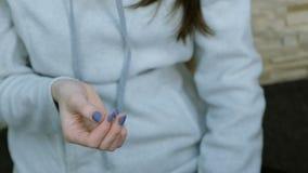 Ung kvinna med leksakspinnaren Leksakspinnare i kvinnliga händer Leksaken faller ständigt arkivfilmer