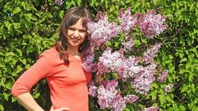 Ung kvinna med lilan Fotografering för Bildbyråer