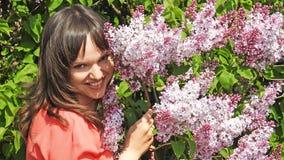 Ung kvinna med lilan Arkivfoto