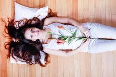 Ung kvinna med liljan Arkivfoto