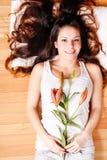 Ung kvinna med liljan Arkivfoton