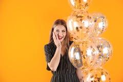 Ung kvinna med luftballonger fotografering för bildbyråer