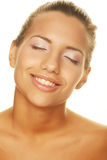Ung kvinna med lyckligt leende Fotografering för Bildbyråer