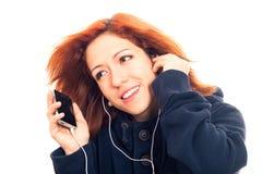 Ung kvinna med lyssnande musik för smartphone Arkivbild
