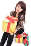 Ung kvinna med massor av gåvor Royaltyfri Foto