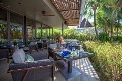 Ung kvinna med menysammanträde i utomhus- restaurang Fotografering för Bildbyråer
