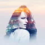 Ung kvinna med metropolisen Arkivfoto