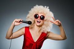 Ung kvinna med mic Arkivfoto