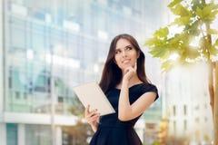 Ung kvinna med minnestavlan ut i staden arkivfoton