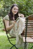 Ung kvinna med minnestavlaPC I Arkivbild