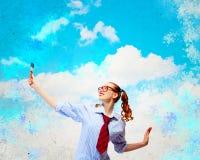 Ung kvinna med målarfärgborsten Arkivfoton