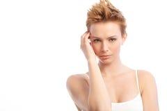 Ung kvinna med moderiktig hårstil Royaltyfri Fotografi