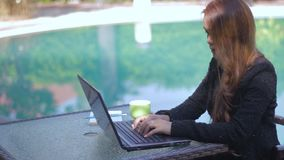 Ung kvinna med modern affär stock video