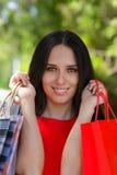 Ung kvinna med närbild för shoppingpåsar Royaltyfri Bild
