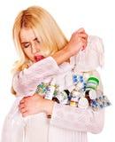 Ung kvinna med näsduken som har förkylning. Royaltyfri Bild