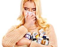 Ung kvinna med näsduken som har förkylning. Arkivfoto
