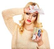 Ung kvinna med näsduken som har förkylning. Royaltyfria Foton