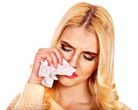 Ung kvinna med näsduken som har förkylning. Arkivfoton