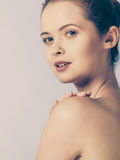 Ung kvinna med nakna skuldror Royaltyfri Foto