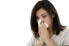 Ung kvinna med näsduken som har förkylning Arkivbilder