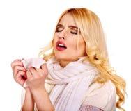 Ung kvinna med näsduken som har förkylning. Arkivbilder