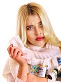 Ung kvinna med näsduken som har förkylning. Royaltyfria Bilder