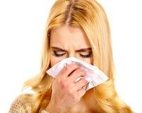 Ung kvinna med näsduken som har förkylning. Fotografering för Bildbyråer