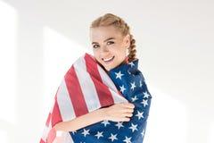 Ung kvinna med oss flagga Fotografering för Bildbyråer