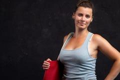 Ung kvinna med påsen som poserar i studio på svart bakgrund royaltyfri foto
