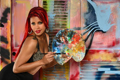Ung kvinna med paintbrushen och paletten Arkivbilder