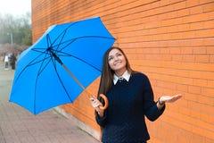 Ung kvinna med paraplyet Arkivbild