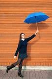 Ung kvinna med paraplyet Royaltyfri Foto