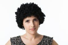 Ung kvinna med peruken Arkivfoto