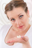 Ung kvinna med preventivpillerar. Arkivbilder