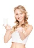 Ung kvinna med preventivpillerar Arkivfoton