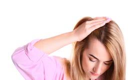 Ung kvinna med problem för hårförlust på vit royaltyfria foton