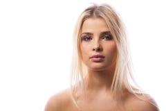 Ung kvinna med purpurfärgad makeup i studiofoto royaltyfri foto
