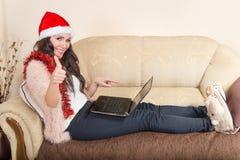 Ung kvinna med röda Santa Hat Arkivfoton