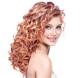 Ung kvinna med rött lockigt hår Fotografering för Bildbyråer