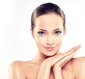 Ung kvinna med ren ny hud cosmetology royaltyfri bild