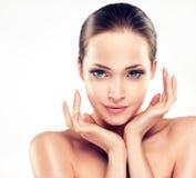 Ung kvinna med ren ny hud cosmetology arkivbilder