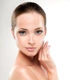Ung kvinna med ren ny hud cosmetology royaltyfria bilder