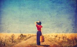 Ung kvinna med resväska arkivbilder