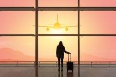 Ung kvinna med resv?skan i avvikelsekorridoren p? flygplatsen f?r dublin f?r bilstadsbegrepp litet lopp ?versikt arkivbilder