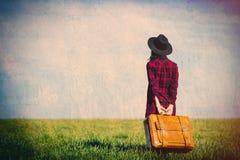 Ung kvinna med resväska Fotografering för Bildbyråer