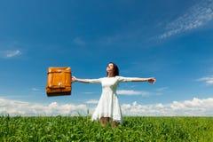 Ung kvinna med resväska Royaltyfria Foton