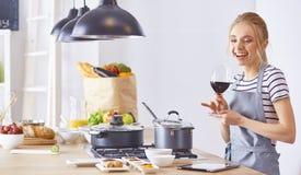 Ung kvinna med rosa vin p? tabellen med frukter, grunt djup royaltyfri fotografi